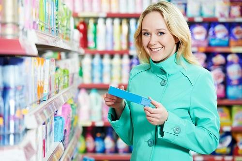 Frau beim Damenbinden einkaufen