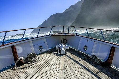 Eine Yacht mit Traumblick auf das Meer