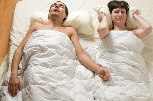 Gestörte Ruhe durch Schnarchprobleme. Auch hier hilft der HNO-Arzt weiter