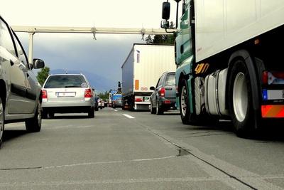 Immer in Zeitnot - trucker auf der Autobahn Bild: © Jens Märker / pixelio.de