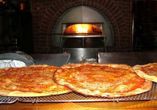 Pizzateig wird im Umluft-Backofen besonders gleichmäßig.