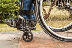 Eine Unfallversicherung hilft finanziell bei der Umstellung des Alltags im Invalidenfall. Bild von Steve Buissinne auf Pixabay