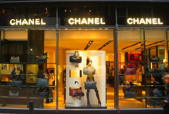 Gerade Personen, die es sich leisten können, exklusive Ware zu kaufen, fühlen sich von zu offensichtlichem Diebstahlschutz zu unrecht verdächtigt. Foto: || UggBoy♥UggGirl || PHOTO || WORLD || TRAVEL; Lizenz: CC BY 2.0