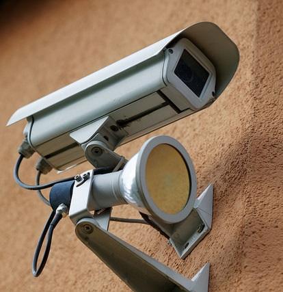 Auffällig sichtbare Sicherungssysteme wie Überwachungskameras vermitteln den Eindruck, dass ein Diebstahl nicht gelingen wird und verhindern auf diese Weise viele Gelegenheitsdiebstähle. Foto: Ervins Strauhmanis; Lizenz: CC BY 2.0
