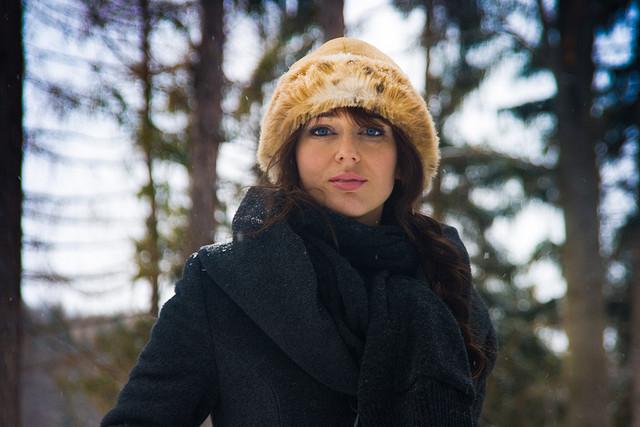 Attraktive Polin mit Wintermütze und tollen blauen Augen