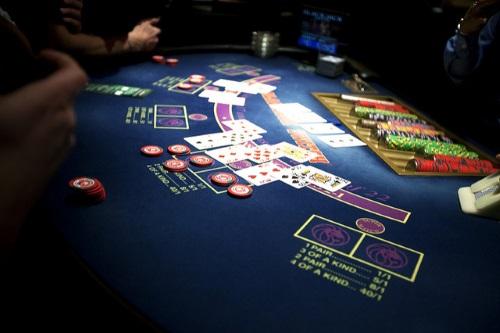 Black Jack ist eines der beliebtesten Casino Spiele. Im Live Casino können Sie es auch ganz bequem online zocken - geleitet von einem echten Croupier in atmosphärischen Örtlichkeiten. Foto: Travis Isaacs Lizenz: CC BY 2.0