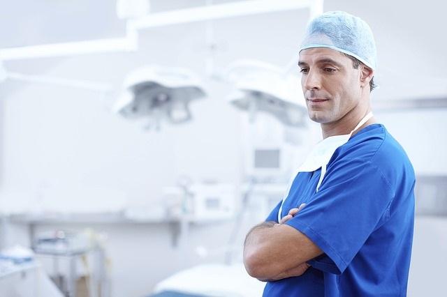 Arzt in seiner Praxis