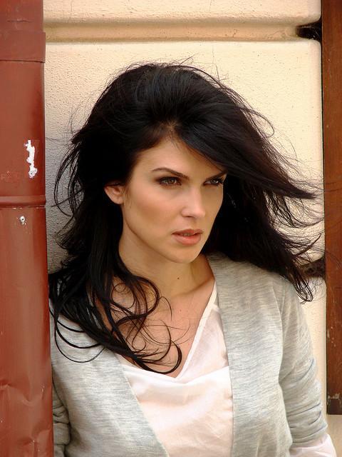 Schöne Rumänin mit schwarzen Haaren.
